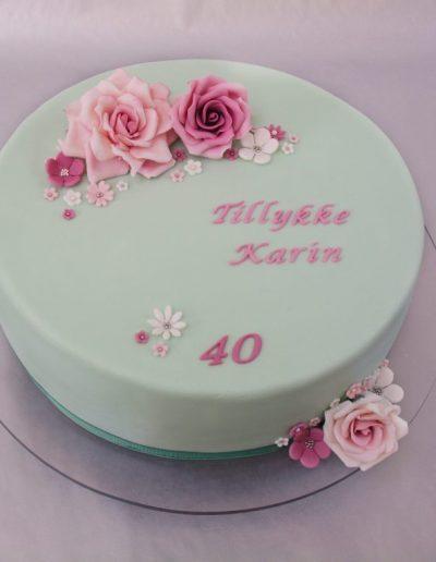 sart grøn 40 års fødselsdagskage med lyserøde fondant blomster