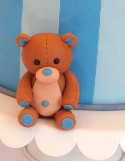 brun og blå bamse som pynt på barnedåbskage