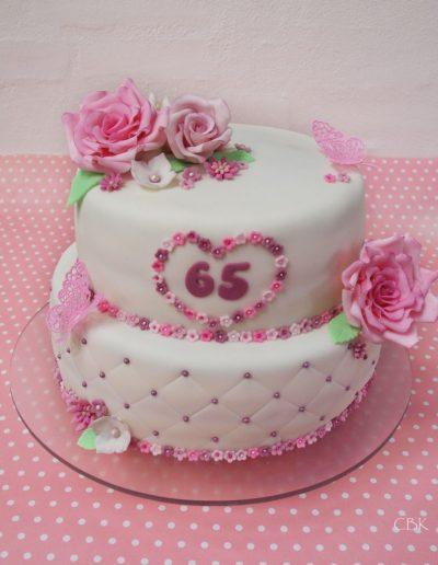 hvid kage i to lag med pink blomster