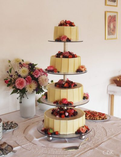 bryllupskage med friske bær og hvid chokolade
