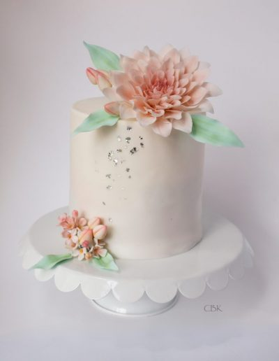 høj kage med blomst i fondant