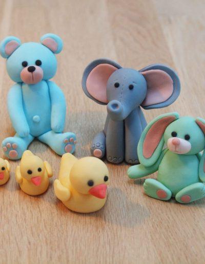 figurer af små dyr til pynt på en dåbskage