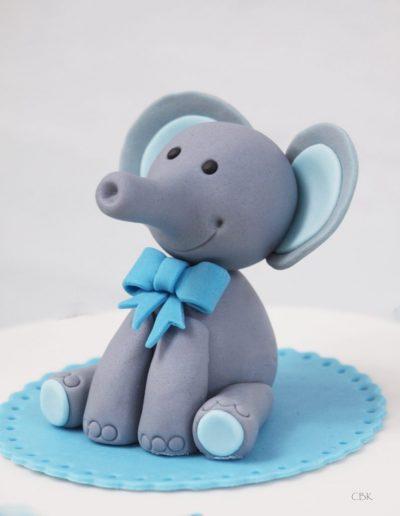 fondant elefant i grå og lyseblå som topfigur på barnedåbskage