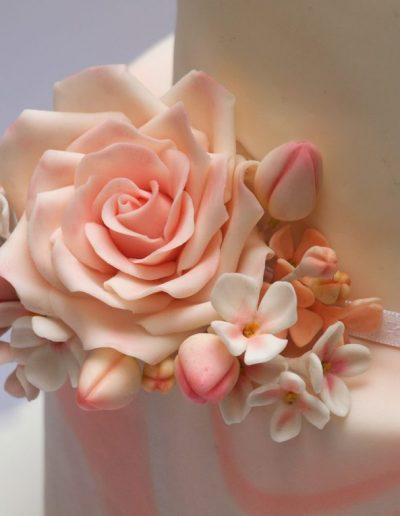 sugarpaste rose og små filler blomster
