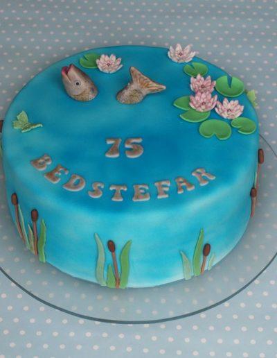 fødselsdagskage med fisk fra dambrug