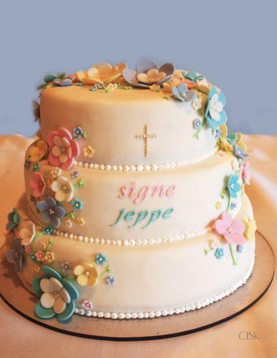 kage til konfirmation med kors og blomster i pastelfarver