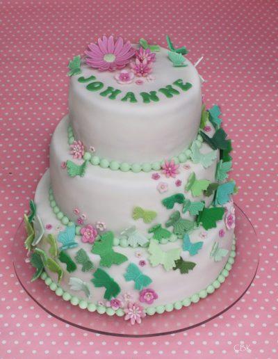 kage til konfirmation med grøn pynt, sommerfugle