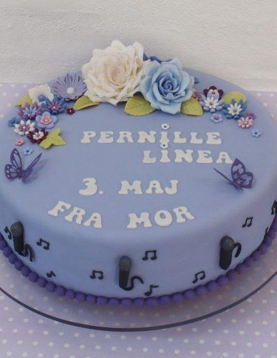 kage til konfirmation med lilla farver og mange blomster