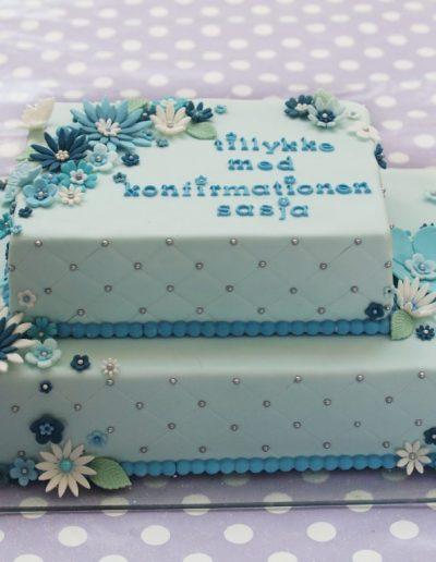 firkantet kage til konfirmation med fondant og blå blomster