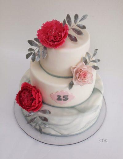 sølvbryllupskage med pinke roser og marmor-fondant.