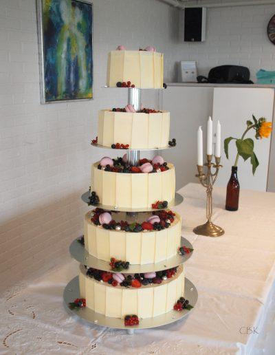 bryllupskage med macarons og friske bær