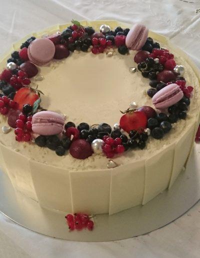 kage med saltkaramel, mælkechokolademousse og jordbærmousse