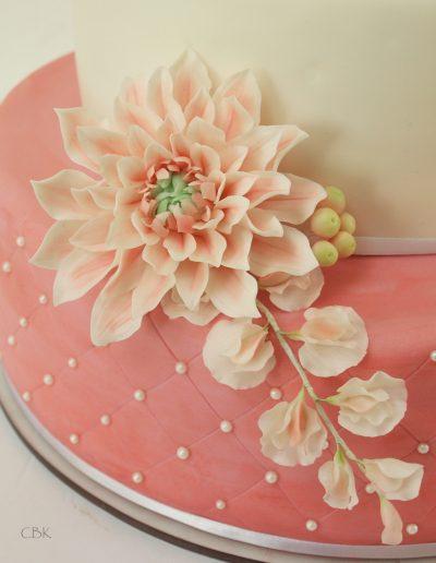 sukkerdahlia og ærteblomster som detalje på bryllupskage
