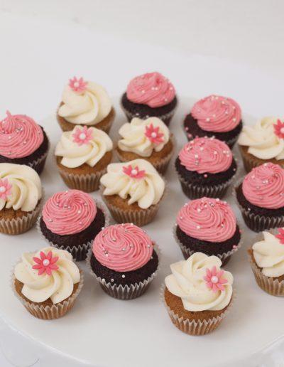 chokolade cupcakes pyntede med hvid og lyserød frosting