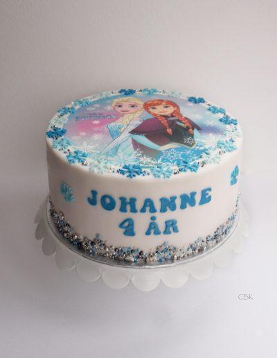 Frost kage i fondant med sukkerbillede og blåt pynt