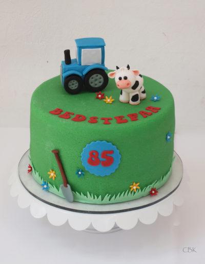 Kage med ko og traktor til landmand