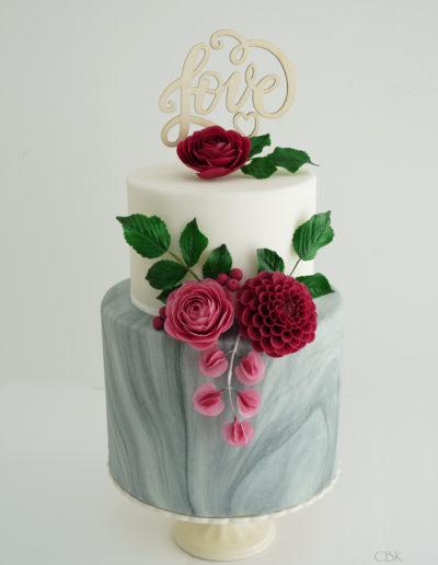 pink bryllupskage med håndlavede blomster