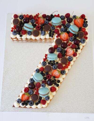 Talkage i blå farver med friske bær
