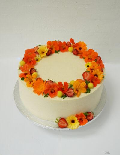 Bryllupskage med gule friske blomster