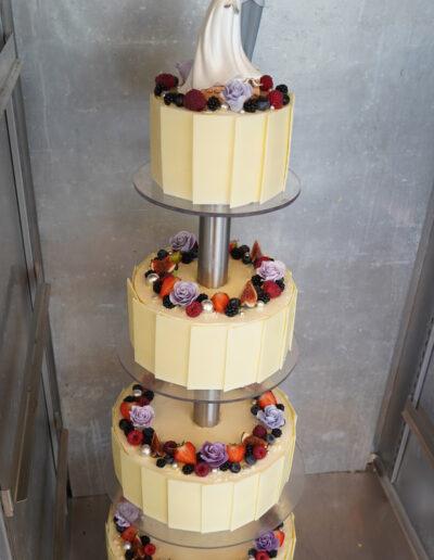 Bryllupskage med hvid chokoladekant og bær