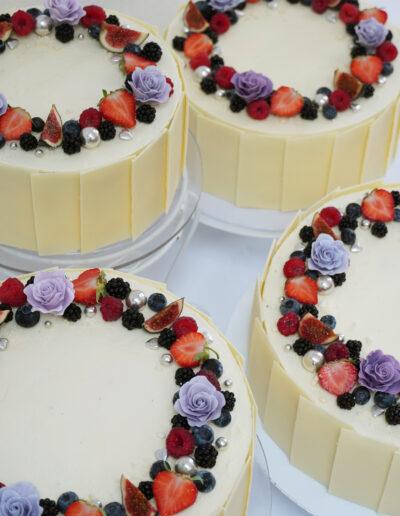 bryllupskage med hvid chokolade og bær