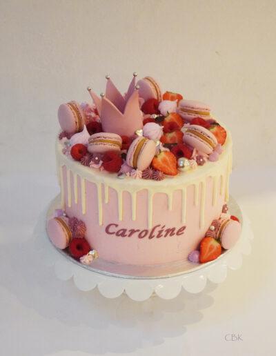 Lyserød dåbskage med drip og macarons