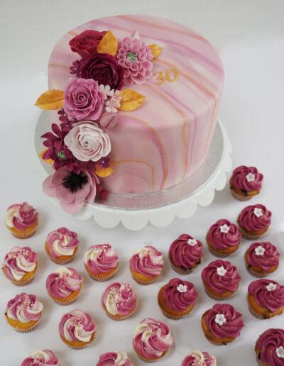 Kage og mini-cupcakes med blomster